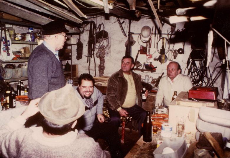 Mein Vater 1985 mit Mein Vater (stehend) 1985 mit Kumpels in seiner Werkstatt