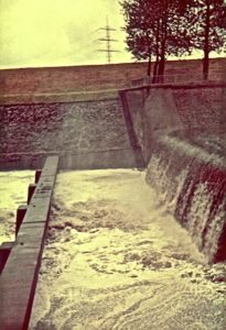 Nur noch ein paar hundert Meter trennen die Emscher vom Rhein