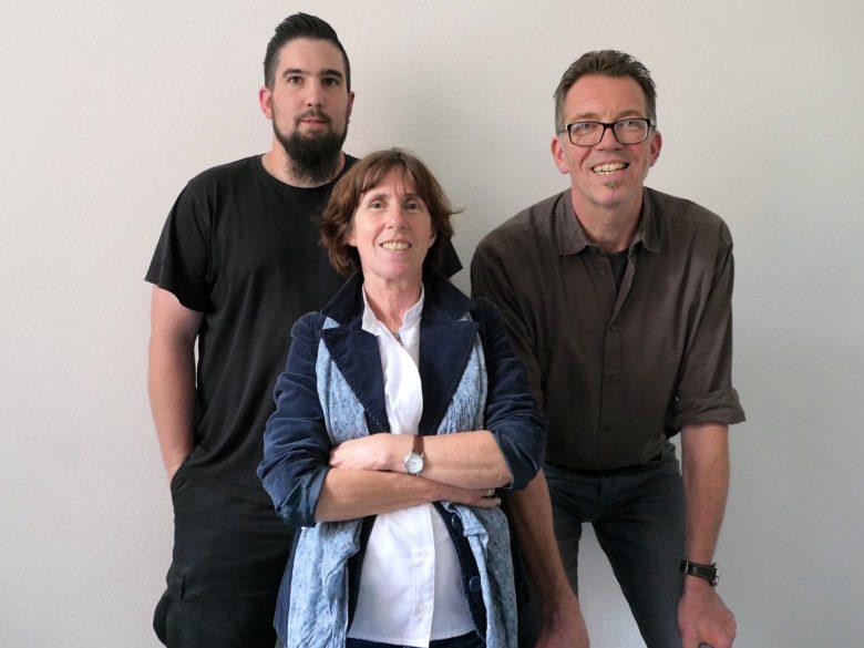 Foto oben v.l.n.r.: Stefan Seibert (Allgemeiner Vollzugsdienst), Beate Schmid-Große (Lehrerin) und Georg Dannöhl (Diplom-Sozialarbeiter)